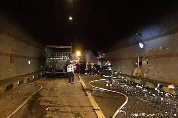 驾驶员犯困致两半挂车相撞吐鲁番消防成功救援