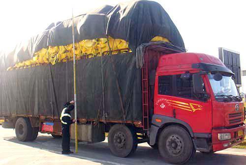 货车改型超核定重量三倍新疆高速交警集中治理货车改型