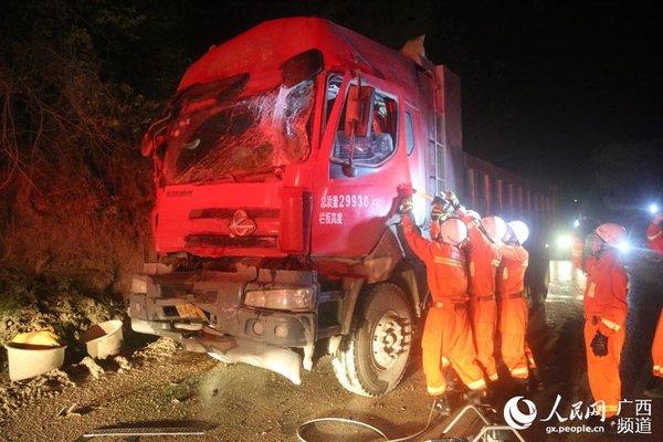 广西南宁:大货车追尾撞烂临街院墙消防紧急救援