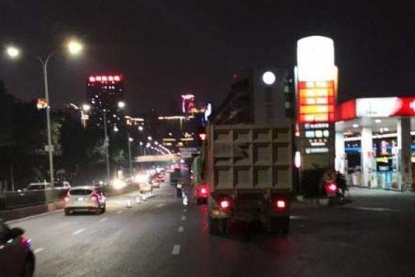 菜园坝集中整治货车闯禁百辆车被处罚