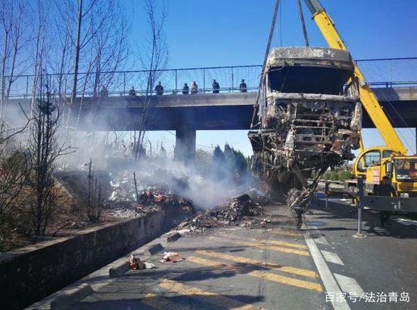 同三高速:雾霾天气不减速货车冲进路边沟引发大火