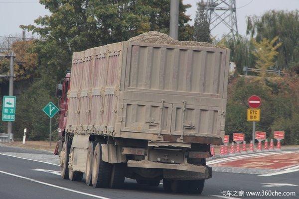 稷山交警净化道路环境严查冒黑烟车、渣土车
