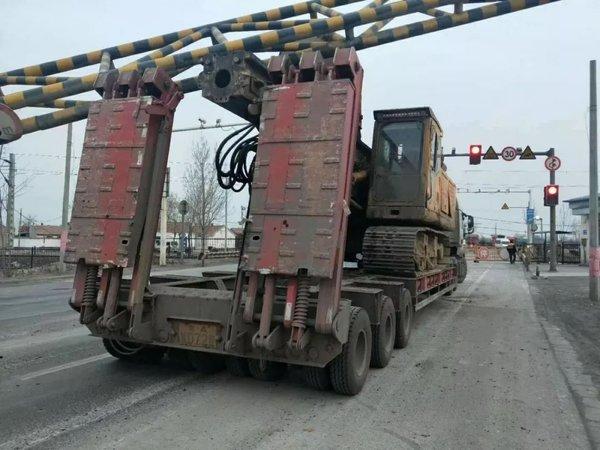 又是这里!博兴一大车撞到铁路道口限高杆砸中过行电动车!