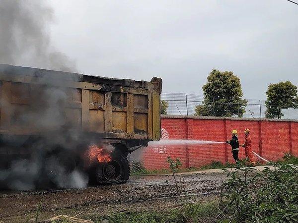 遂宁一货车挂断高压线致轮胎起火现场浓烟不断!