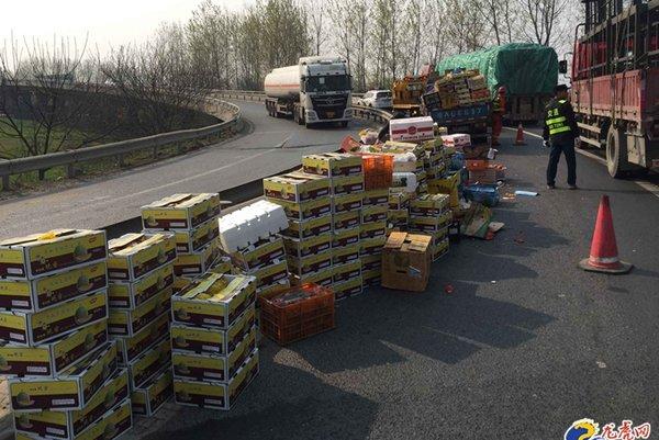 货车超载转弯时水果散落一地交警快速清障恢复交通
