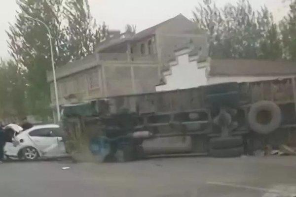 内黄后河:多辆车相撞导致一货车侧翻