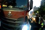 因超载拒检惹麻烦 渣土车强行闯关冲撞执法车,终被抓获。