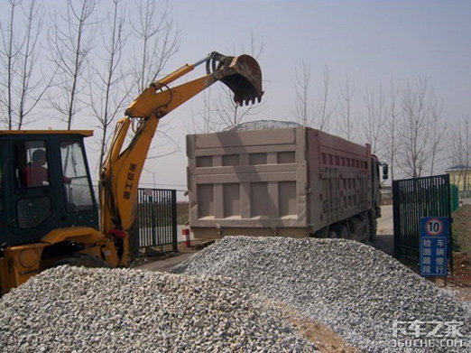 滁州男子开大货车堵路被警方一秒制服