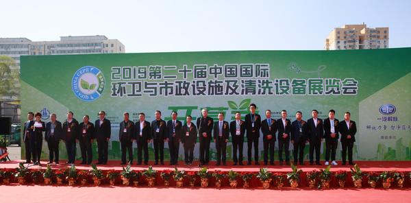解放国六环卫车亮相携手共建美丽中国