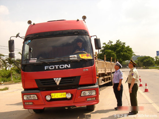 西充:路政大队与交警联合开展治超行动