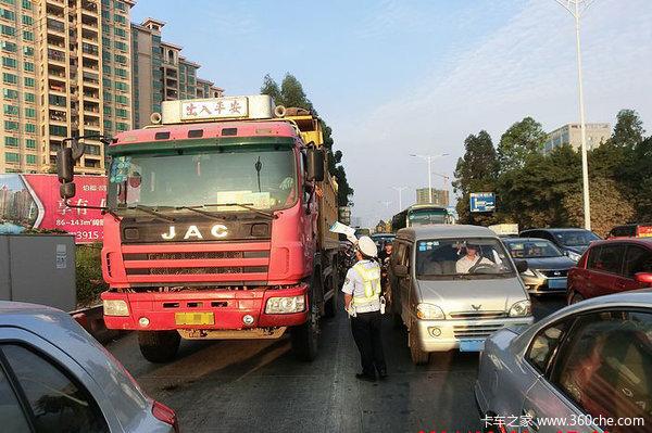 """苏州查获""""超载王"""":超了100多吨轮胎都被压瘪了!"""