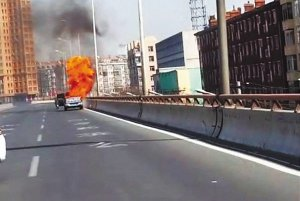 皮卡车行驶中突然起火得亏过路司机拎来6个灭火器