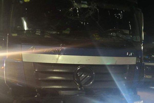 为省钱!一男子驾驶事故受损大货车上高速