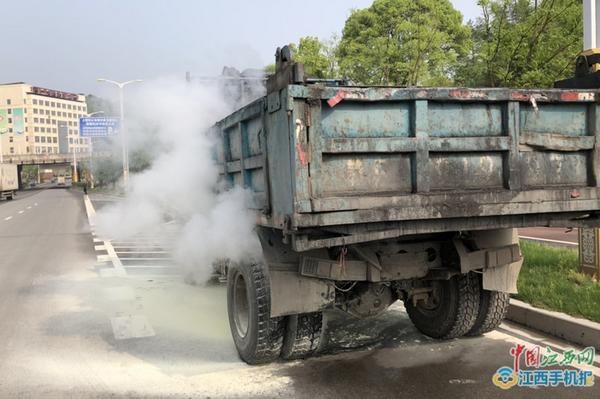 上饶经开区一货车突然自燃交警迅速扑救