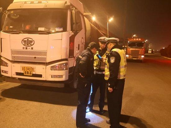 湖南一违章货车司机与警车公路追逐还两次撞击警车