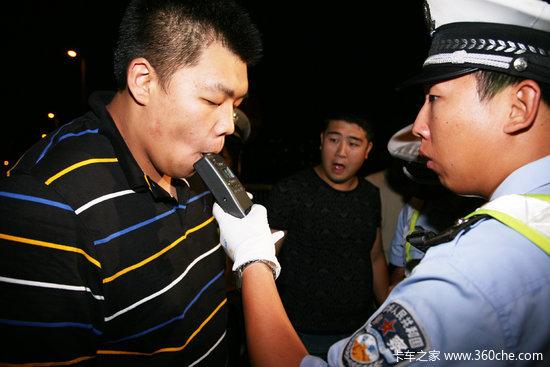 货车看到有检查就想掉头民警眼疾手快逮到个酒驾