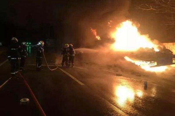 好心没好报!货车司机好心捎带路人结果一车货被路人烧没了!