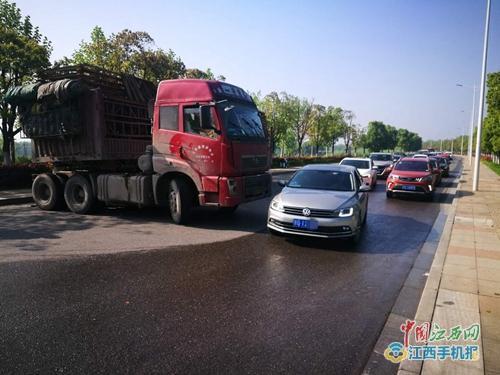 大货车出故障700余辆车子被堵九江八里湖北大桥
