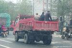 无证驾驶货车竟搭载18人 侥幸上路被查