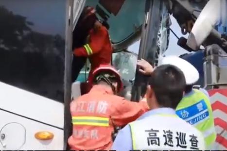 杭宁高速发生大客车追尾货车导致20余人被困