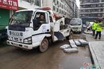 货车违停还套报废车牌 被交警依法拖走