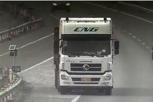 """错过高速出口货车""""蛇形走位""""向后退"""