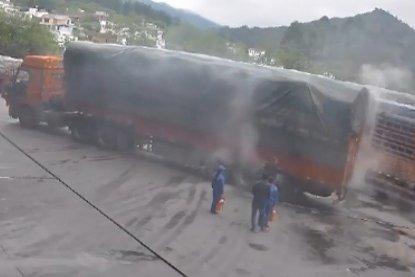 挂车加油站附近起火员工出手30秒排险