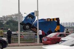惊险!一货车被卡 车头悬在空中下不来