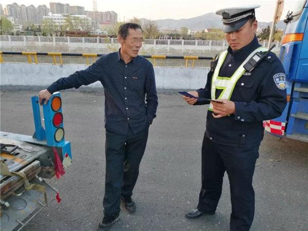 5旬大叔用假驾驶证被查一脸镇定硬说自己是70后!