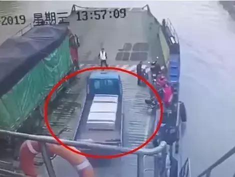 卡车狂鸣喇叭危急时刻他选择冲出轮渡坠江!