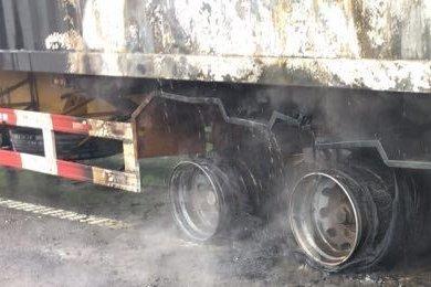 突发!快递货车高速上起火自燃剁手族心要碎了