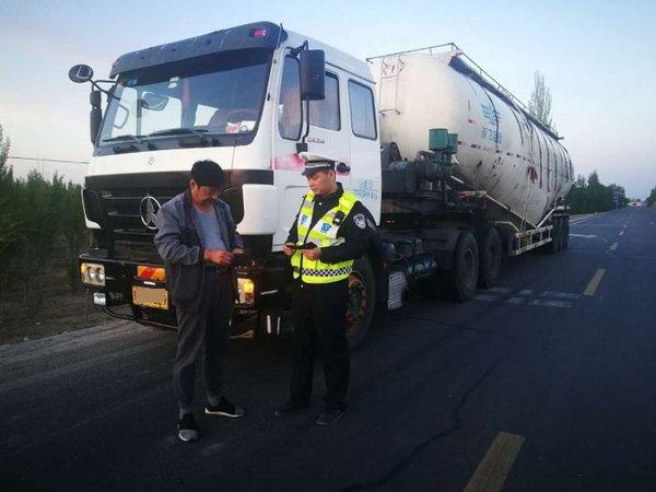 五原交管与路政部门联合整治货运车辆超限超载