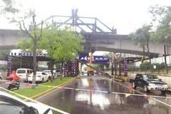 西安一货车撞上桥梁限高架 司机被带走