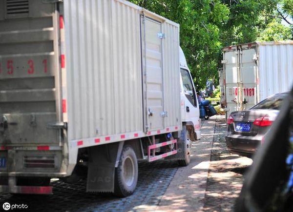 散货卡友不解:同样超长超宽厢式货车为什么能随意上路?
