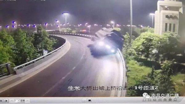 突发!凌晨3点一辆大货车冲下生米大桥