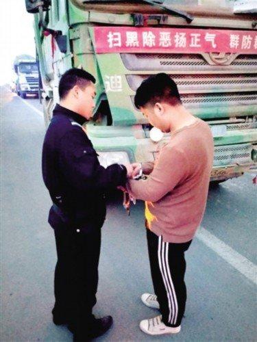 严管示范路渣土车、罐车违法一周40多名司机被拘留