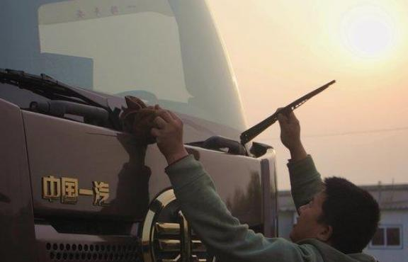 东北一卡车司机常年只身一人去东南亚搞运输一趟就是半年多