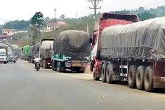 由缅甸进入中国 曼威口岸的货车排长龙