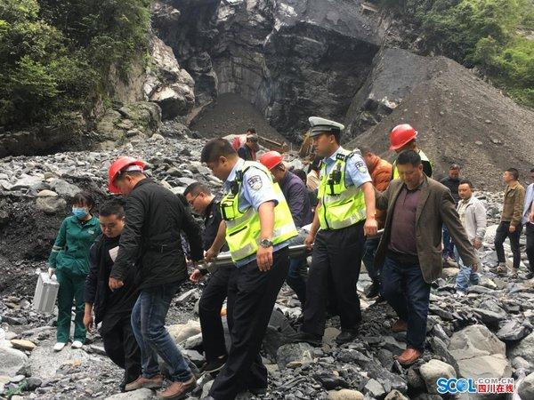 安州一货车倒车不慎坠崖驾驶员已获救