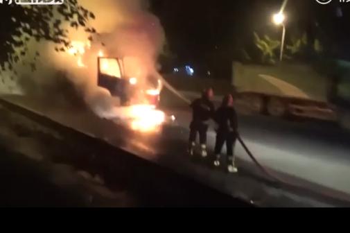 满载10多吨习题册货车失火消防员抢救回大半并喊话:同学们,不用谢