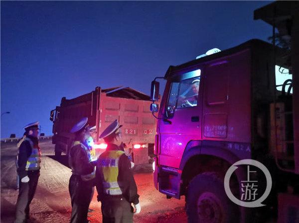 执法人员夜查渣土车10辆有6辆存在同一安全隐患