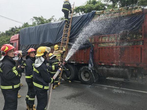"""杭宁高速一货车自燃十几吨香蕉变""""香焦"""""""