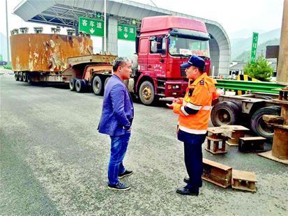 超限货车合体通过受损桥梁被罚近6万元