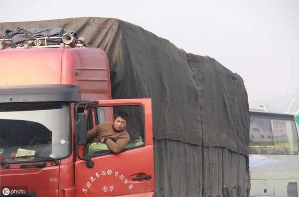 超载大货车泛滥?卡友:有本事罚货主去