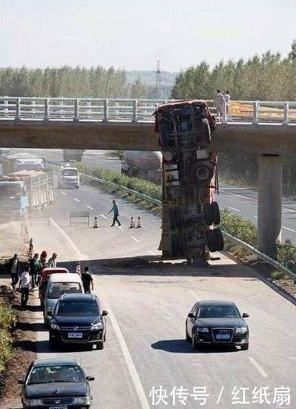 卡车司机卸货后忘记放下翻斗通过桥底时上演变身绝活