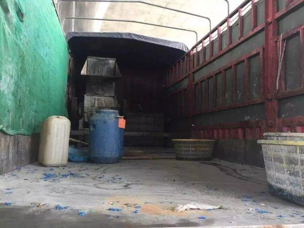 为躲避环保检查货车改成流动塑料粉碎工厂