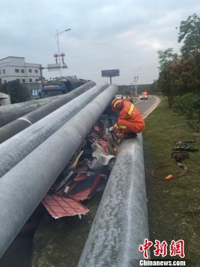 惠州:满载货车为避让急刹电线杆前移司机被压