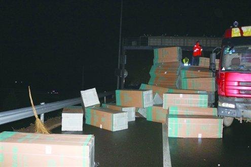 货车高速路路上侧翻459台冰箱散落一地