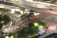 杭州人行天桥为何会被货车撞塌,咋回事