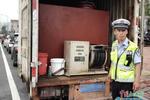 交警打开车厢门 货车被改装秒变加油车